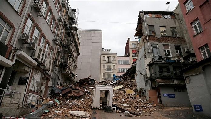 Lapseki'de 5 katlı bina çöktü, erken tahliye faciayı önledi
