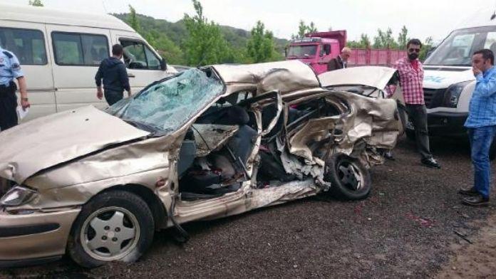 Otomobil ile minibüs çarpıştı: 1 ölü, 7 yaralı