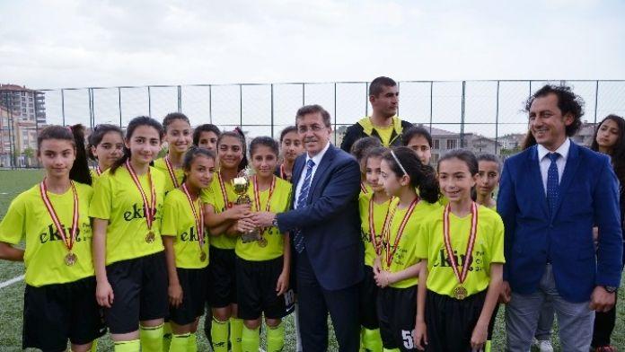 Okullar Arası Futbol Turnuvasında Kupalar Sahibini Buldu