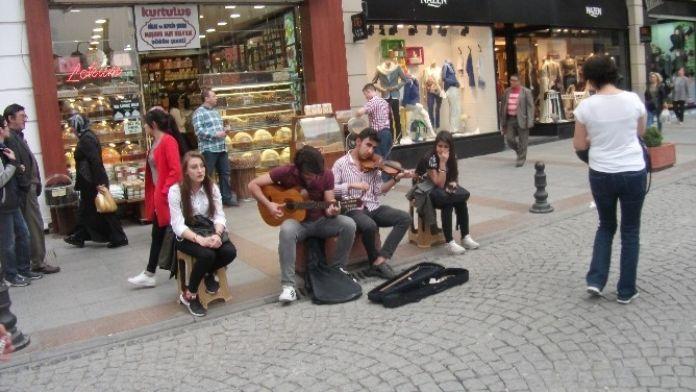 Sokak Müzisyenleri Dinleyenleri Mest Ediyor