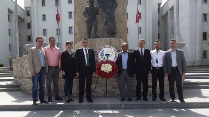 Eczacılar Atatürk Anıtına Çelenk Koydu
