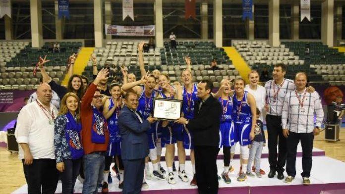 İzmir Becker 35 Albatros Spor baskette 1'inci Lig sevinci 16 Mayıs 2016 Pazartesi