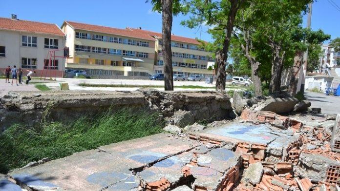 Okul Duvarı Yıkıldı, Facia Ucuz Atlatıldı