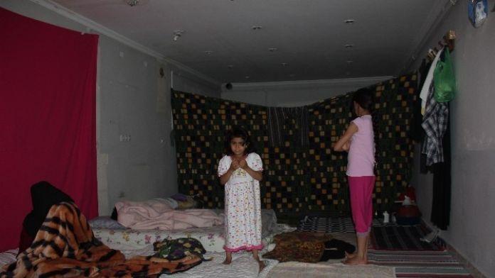 Suriyeli Aile Dükkanda Yaşam Mücadelesi Veriyor