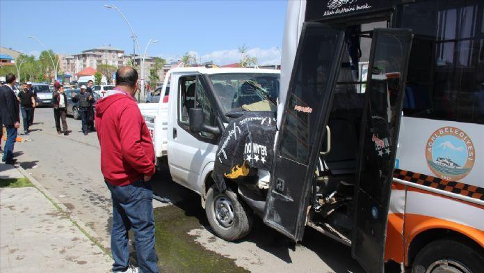 Ağrı'da kamyonetle halk otobüsü çarpıştı: 11 yaralı