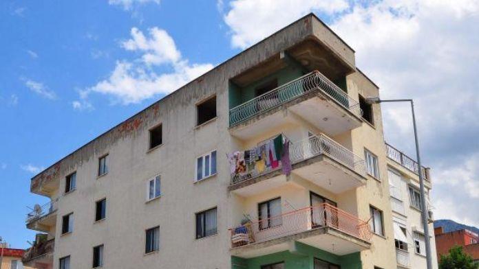 Madde bağımlısı genç 4t katlı binanın terasından atladı