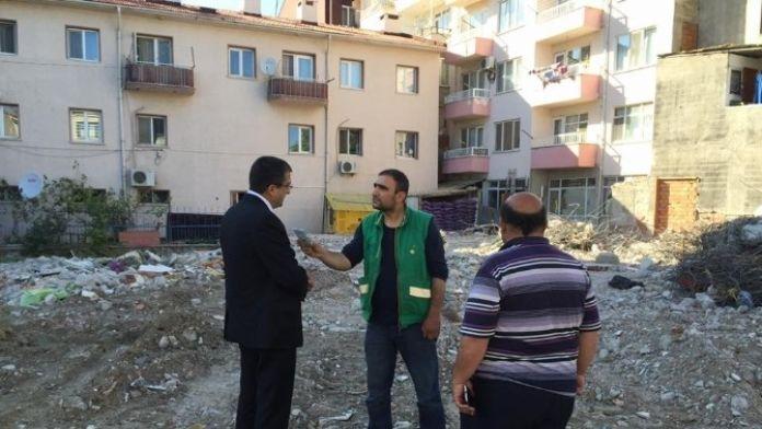 CHP'li Vekil Bülent Öz Lapseki'de Yıkılan Binayı İnceledi