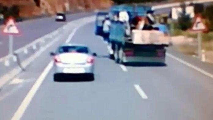 Şok görüntüler: Hareket halindeki kamyondan atladı !