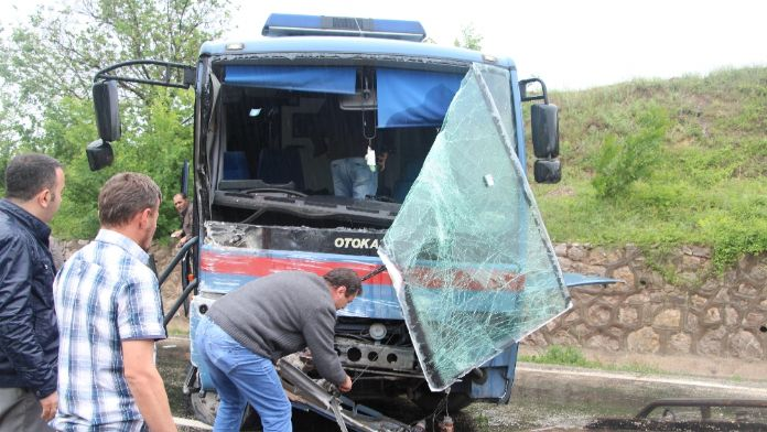 Cezaevi aracı kaza yaptı: 4'ü asker 10 yaralı