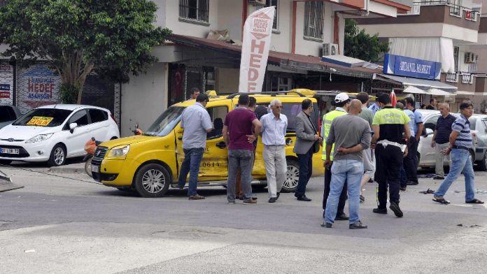 Servis minibüsü ile taksi çapıştı: 11 yaralı