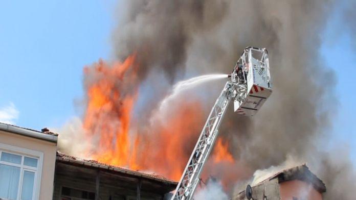Ahşap binada yangın çıktı !