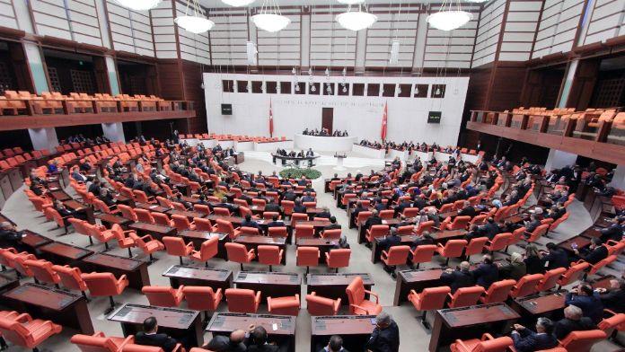Bir grup CHP'li Meclis'i terk etti