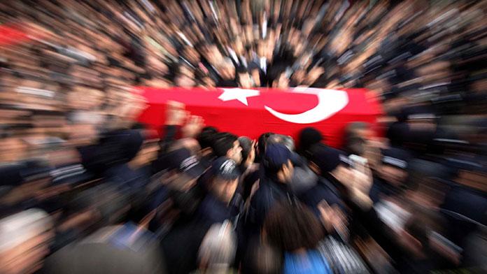 Şehit cenazesinde yumurtalı protesto