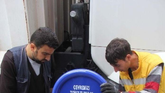 Bitlis Belediyesi Kaldırımlara Çöp Kovası Yerleştiriyor