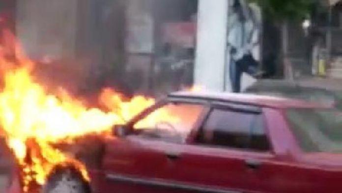 Kahramanmaraş'ta seyir halindeki otomobil alev aldı