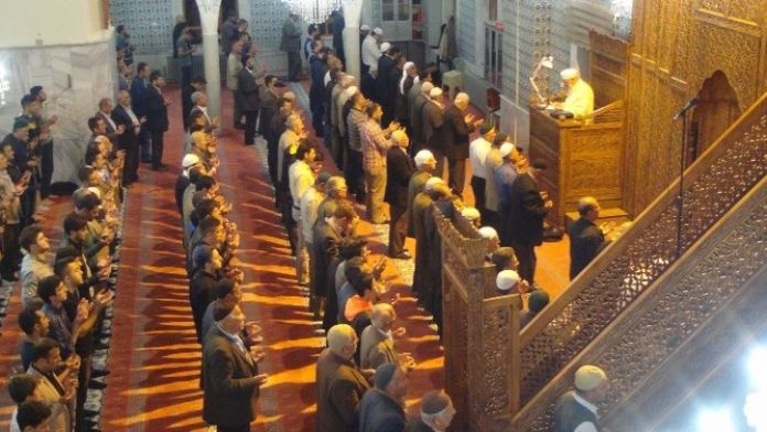 Berat Kandili'nde Vatandaşlar Camilere Akın Etti