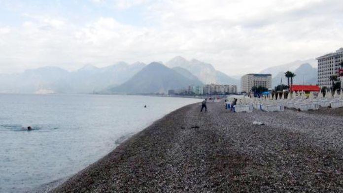Sağanak yağmur, Konyaaltı sahilini boşalttı