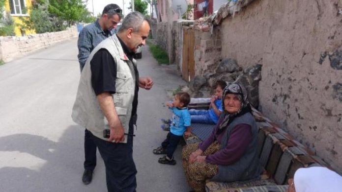 Yaşlı kadını 'yardım yapacağız' diyerek dolandırdılar