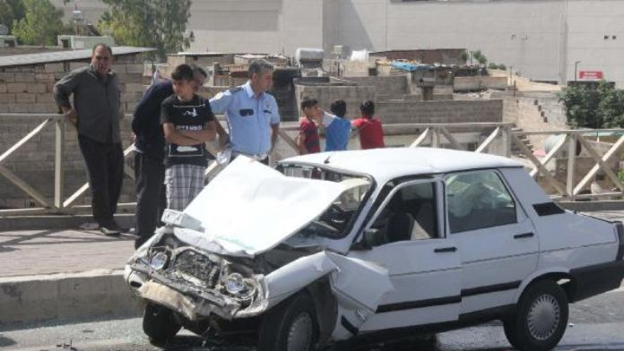 Şanlıurfa'da otomobil otobüse arkadan çarptı: 4 yaralı