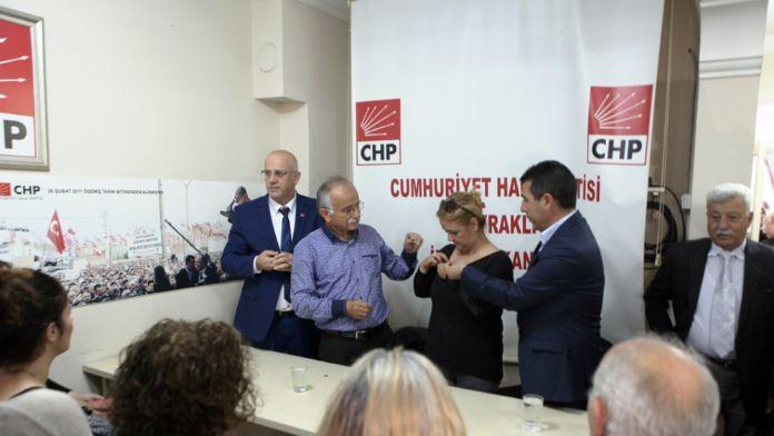 İzmir'de 81 kişi MHP'den CHP'ye geçti