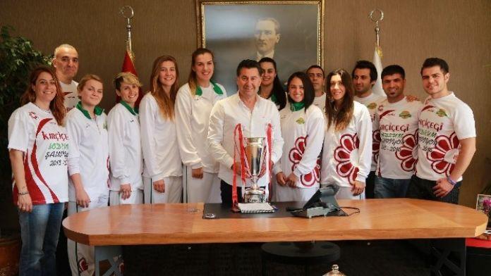 Şampiyon Basketbolcular Başkan Kocadon'a Aldıkları Kupa İle Teşekkür Etti