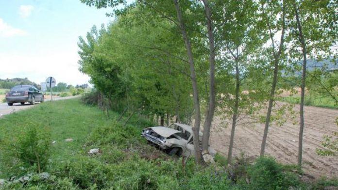 Otomobil şarampole yuvarlanıp ağaca çarptı 1 ölü 1 yaralı