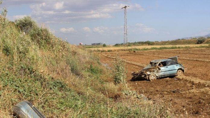 Otomobil Tarlaya Uçtu, Sürücü Yaralı Kurtuldu