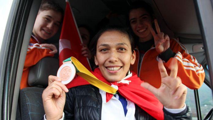 Türk kadın boksör dünya 3'üncüsü