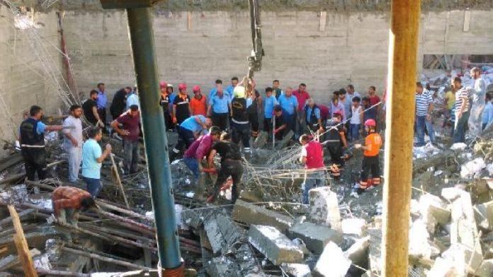 Mersin'de havuz inşaatı çöktü: 1 işçi enkaz altında (1)