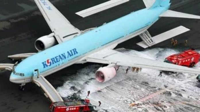 Kalkışta motoru yandı, yolcular tahliye edildi