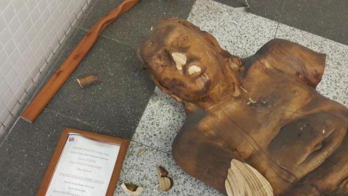İzmir'de heykele saldırı