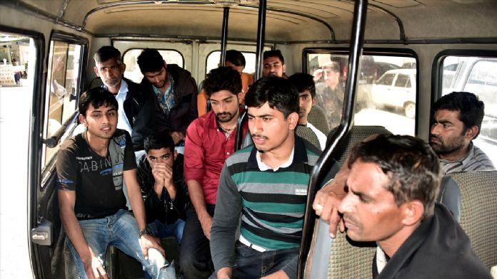 Muğla'da Pakistanlı kaçaklar park halindeki minibüste yakalandı