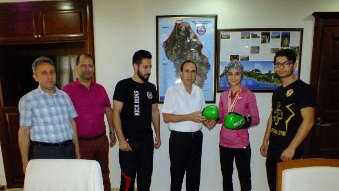 Kaymakam Altan, Kick Boks Şampiyonuna Eldiven Hediye Etti