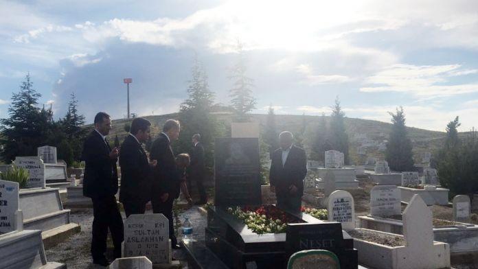 Erdoğan, Neşet Ertaş'ın mezarını ziyaret etti