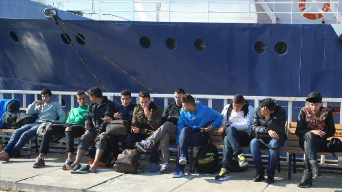 Botları batma tehlikesi geçiren kaçaklar kurtarıldı