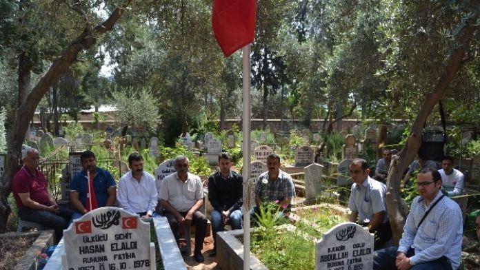 Ülkücü İşçiler Ülkücü Şehidin Mezarını Yaptırıp Andılar