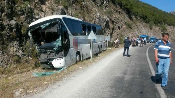 Yolcu otobüsü kayalığa çarptı: 2 ölü, 5 yaralı