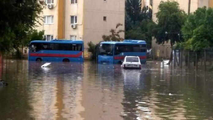 Adana'da sağanak yağmur, su baskınlarına neden oldu