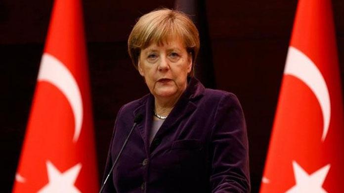 Almanya'da büyük koalisyon yüzde 50'nin altına düştü