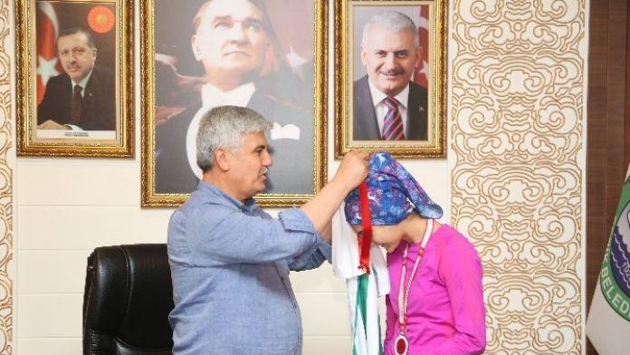 Başkan Çalık, Semiha Emir'i Altınla Ödüllendirdi