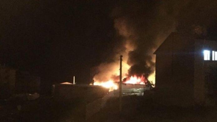 Göstericiler, İşçilerin Kaldığı Şantiyeyi Ateşe Verdi