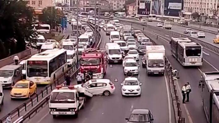 Sefaköy'de meydana gelen kaza trafiği felç etti