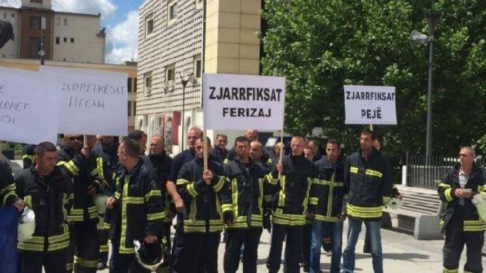 İtfaiyeciler Kosova Başbakanlık binası önünde protesto düzenlendi
