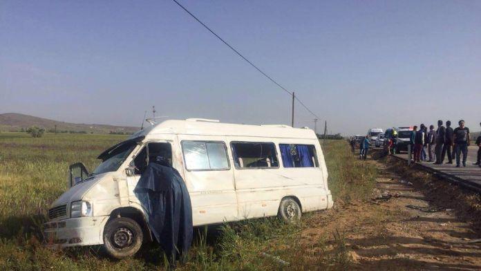 Minibüs tarlaya uçtu: 1 ölü, 13 yaralı