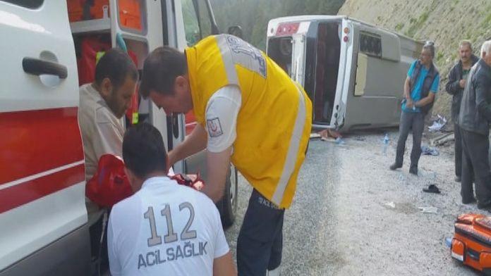 Yolcu otobüsü devrildi: 24 yaralı