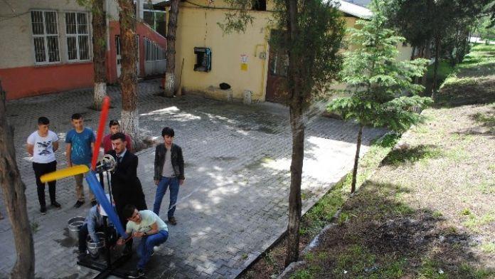 Üniversitelilerden Rüzgar Enerjisiyle Çalışan Su Pompası