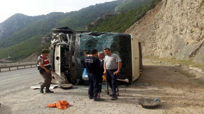 Antalya'da Yolcu Otobüsü Kayalıklara Çarptı Ve...