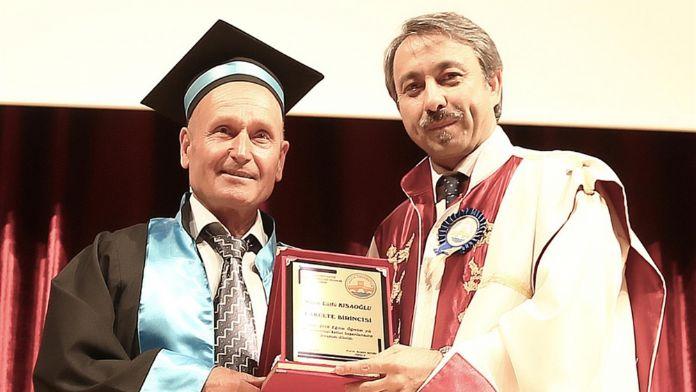 62 yaşında 3. üniversitesini bitirdi: Hem de birincilikle !