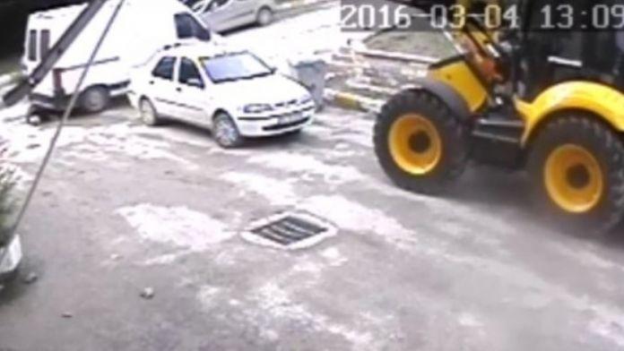Yaşlı Adamın Minibüsün Altında Kaldığı Kaza Güvenlik Kamerasında