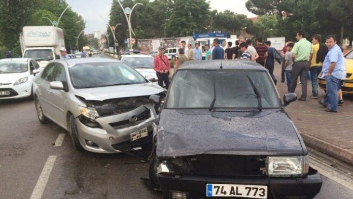 Bartın'da Otomobiller Çarpıştı: 2 Yaralı